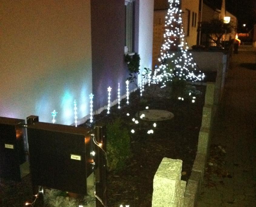 Der Vorgarten des Weihnachtshaus Neureut 2011