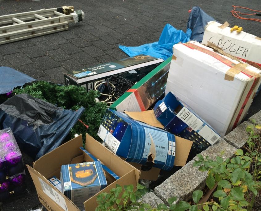 Der Aufbau des Weihnachtshaus Neureut 2013 mit vielen Kisten